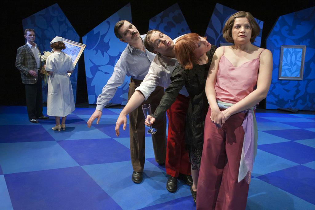 Un'immagine tratta da uno spettacolo teatrale, dove il regista rappresenta uno dei mestieri del teatro