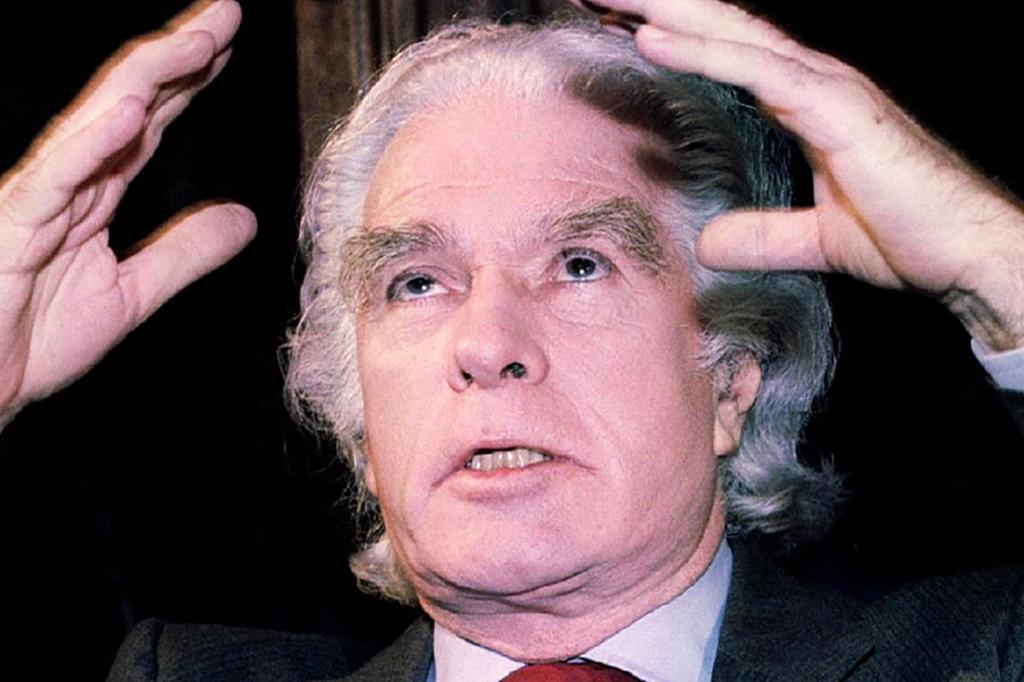 Il regista Giorgio Strehler, celebre nome all'interno dei mestieri del teatro